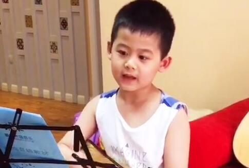 六岁小朋友弹唱尤克里-重庆尤克里里培训